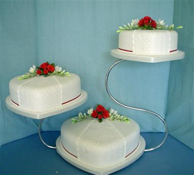 red-roses-on-white-icing-hearts-swan-stand