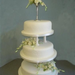 yellow-roses-on-a-three-tier-round-pillar-cake