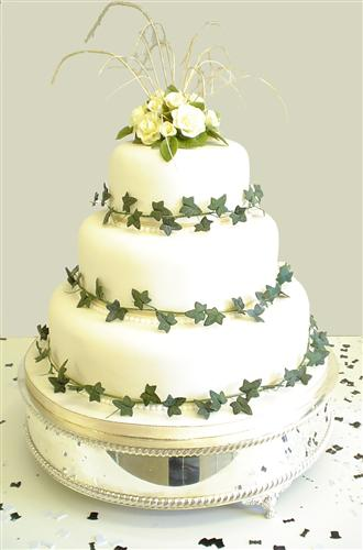 yellow-roses-with-ivy-on-a-three-tier-stack